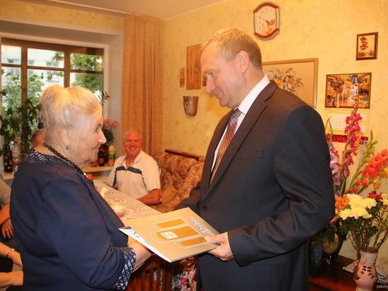 Глава Пскова поздравил с 90-летием ветерана войны, труженицу тыла