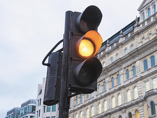 Проехать на гаснущий зеленый: как вести себя водителю на перекрестке