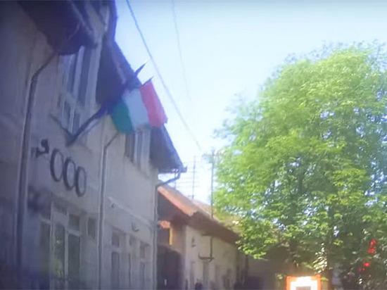 Венгрия под шампанское раздает украинцам паспорта