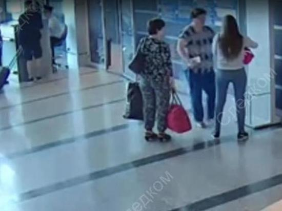 Опубликовано видео дарения ребенка в аэропорту