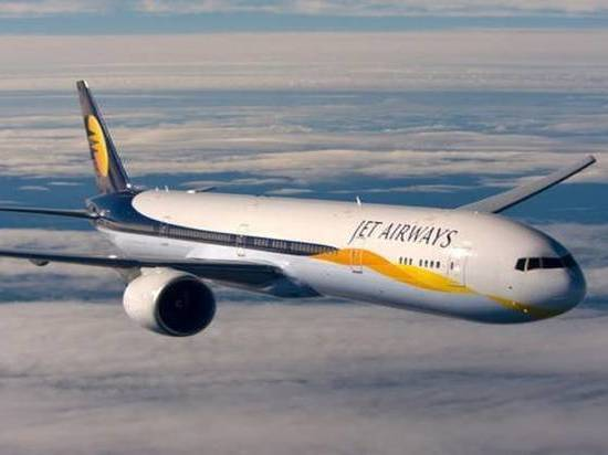 Из-за падения давления в самолете пострадали 30 пассажиров