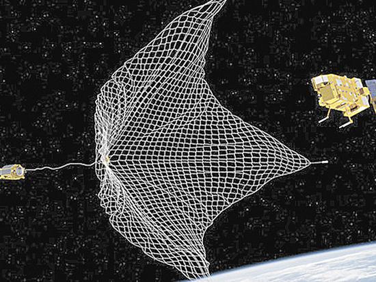 На орбите впервые устроили уборку космического мусора