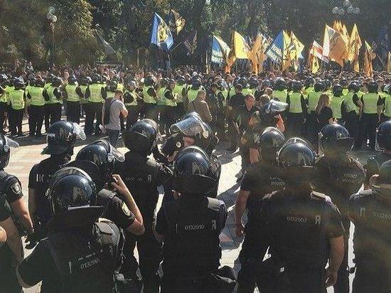 Во время речи Порошенко националисты закидали Раду дымовыми шашками
