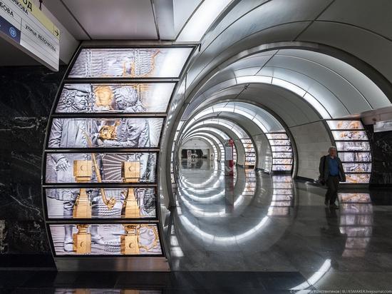 На станции «Фонвизинская» появились объемные фигуры героев «Недоросля»