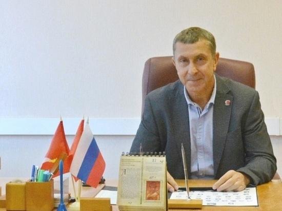 Председатель Совета депутатов Серпухова Михаил Шульга поздравляет с Днем города