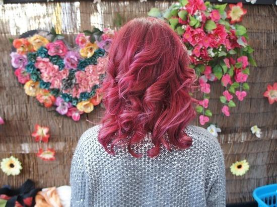 Девочку, выгнанную из школы за розовые волосы, вернули с прокуратурой