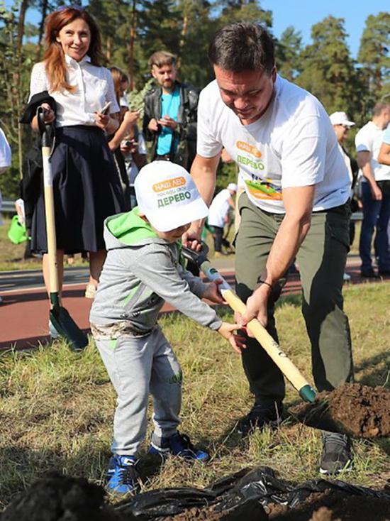 Губернатор Подмосковья со школьниками посадили деревья