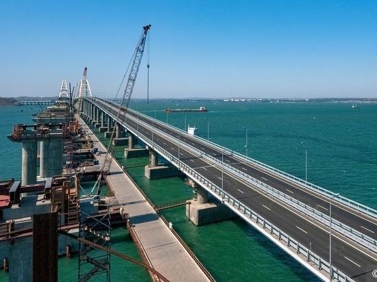 Украинские корабли прошли под Крымским мостом с «сопровождением»