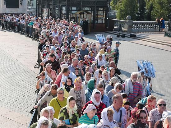 Верующие считают подобную уловку грехом и честно выстаивают на улице несколько часов