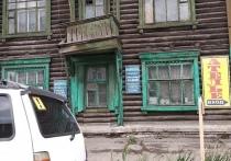 У дома-памятника культуры в Омске отваливается балкон