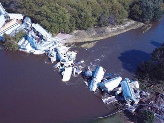 В штате Айове в США поезд рухнул в реку