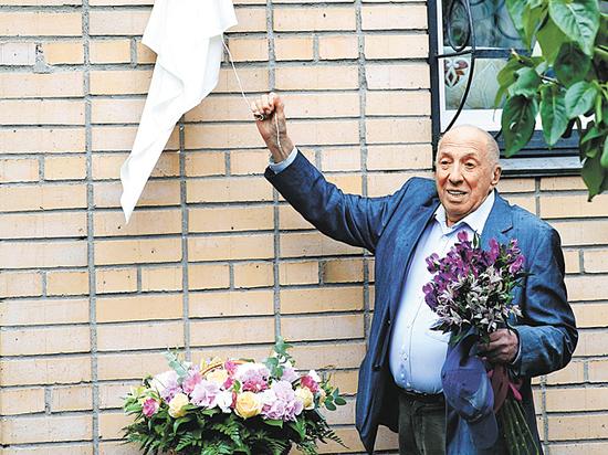 В Москве установили мемориальную доску Ие Саввиной
