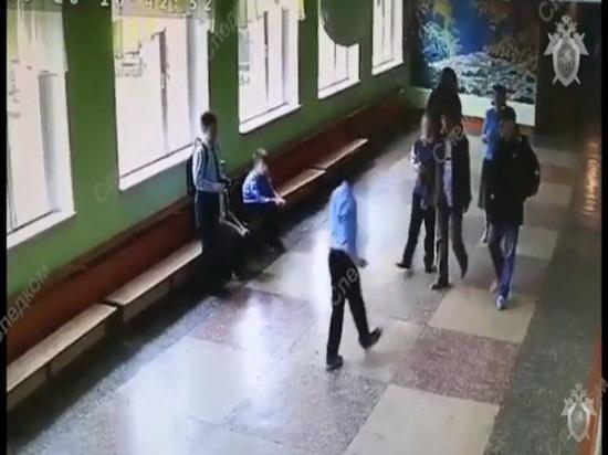 Появились шокирующие кадры избиения пятиклассника взрослым мужчиной в школе ВИДЕО