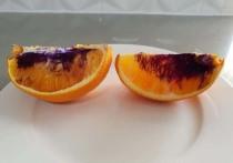 Австралийка Нети Моффитт, проживающая в городе Брисбен, обнаружила, что обычный апельсин, порезанный ей для сына, приобрёл насыщенный фиолетовый оттенок