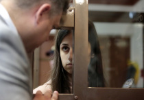 В Басманном суде, где сегодня должно состояться заседание по делу об изменении меры пресечения сестрам Хачатурян (обвиняются в убийстве отца), задолго до начала процесса начала собираться публика