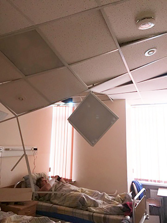 В петербургской больнице на пациентку упал потолок