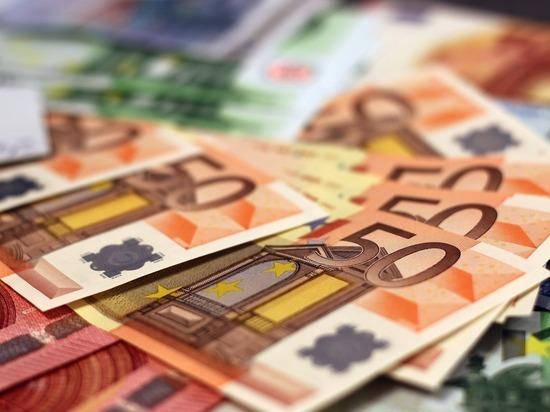 Финансовые учреждения постепенно отказываются от доллара, чтобы минимизировать риски