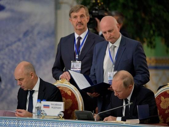 На саммите СНГ президент РФ В.Путин не расставался с «Евгением Онегиным»