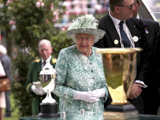 У королевы Великобритании заподозрили наличие искусственной руки