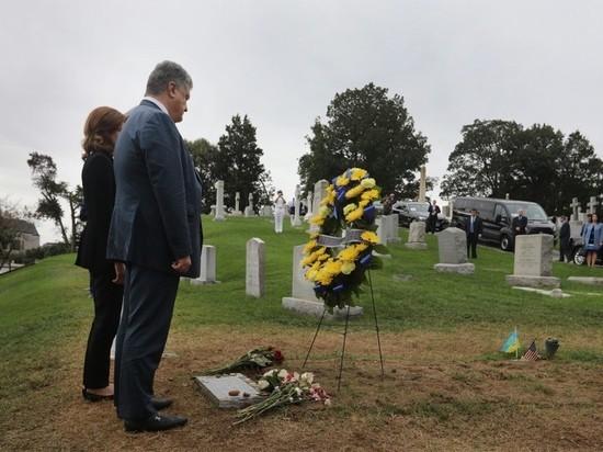 Порошенко, вставший на колени у могилы Маккейна, подвергся критике