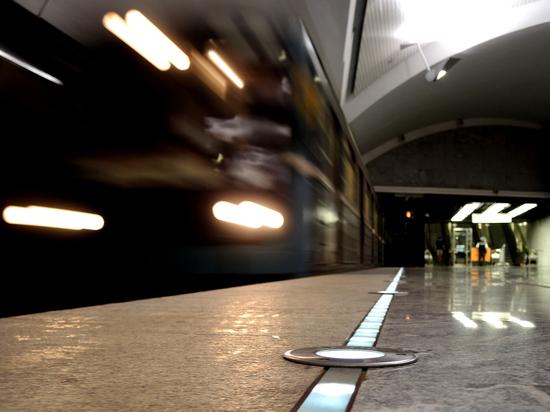 ЧП в московском метро: от поезда отвалилась дверь кабины машиниста