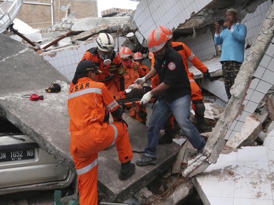 Авиадиспетчер ценой жизни спас самолет во время землетрясения в Индонезии