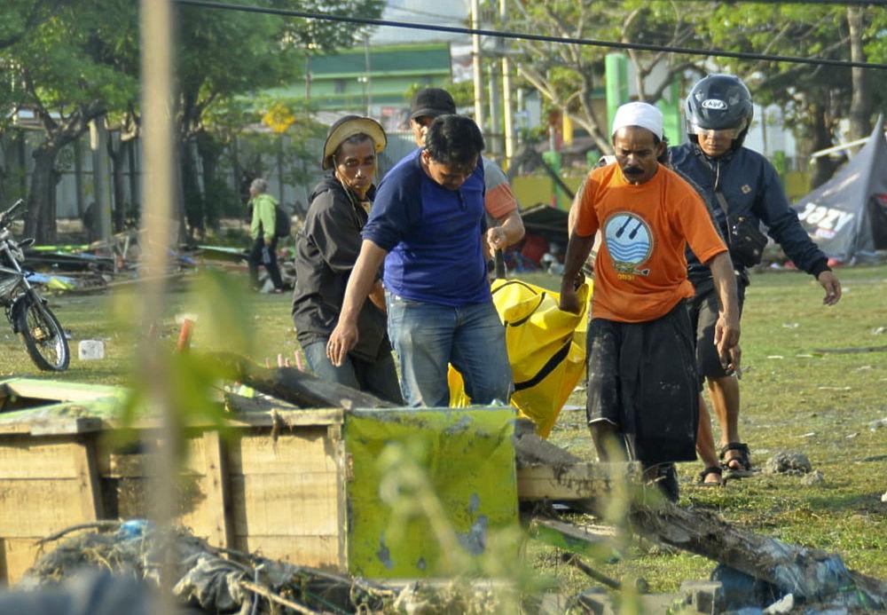 Цунами в Индонезии унесло жизни 800 человек: страшные последствия стихии