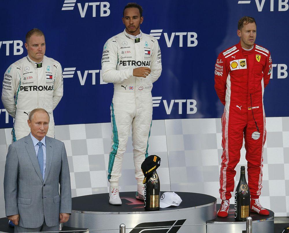 Путин лично наградил Хэмилтона: в Сочи состоялся этап гонки «Формулы-1»