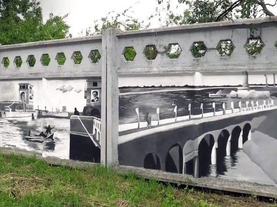 Заборы в Дубне украсили рисованными историческими кадрами