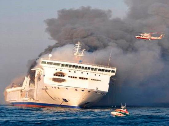 На загоревшемся в Балтийском море судне находятся сотни человек