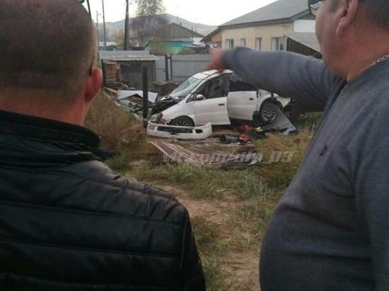 В Улан-Удэ водитель разнес забор в щепки и сбежал по пути в больницу