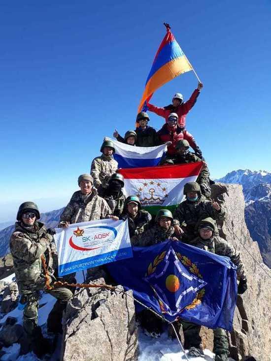 Военные разведчики взяли штурмом ущелье в Казахстане