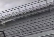 Один из пролетов строящейся железнодорожной части моста через Керченский пролив в процессе опускания на опоры накренился и свалился в воду на мелководье, сообщили в информационном центре «Крымский мост»