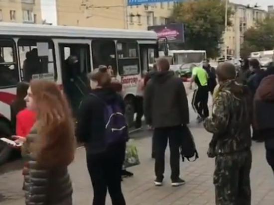 В центре Тамбова на остановке подрались двое водителей автобусов