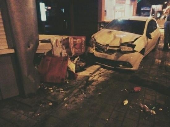 В центре Тамбова иномарка сбила пешехода и протаранила торговые палатки