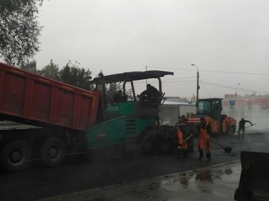 Что нам дождик проливной: в Ярославле проспект Авиаторов опять асфальтируют в дождь