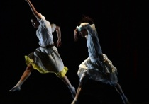 12 октября в Москве новой постановкой британского хореографа Хофеша Шехтера «Show» в исполнении «Hofesh Schechter Company», впервые приезжающей в Россию, откроется XIII Международный фестиваль-школа современного искусства «Территория»