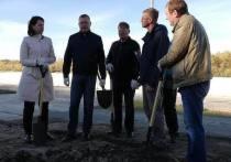 Ели, грабли и чиновники: 10 лучших фото субботника в Омске