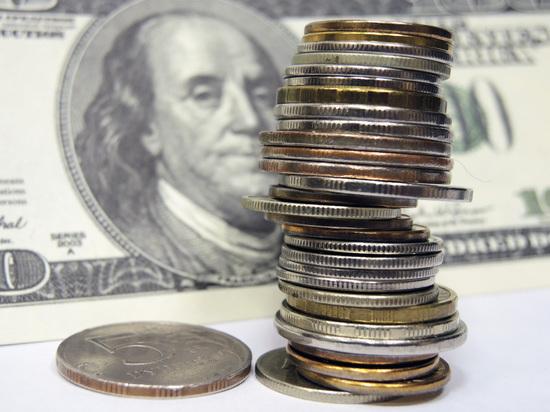 ВМинфине оценили вероятность падения курса доллара до50 руб.