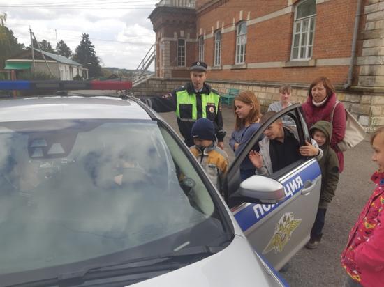 Патрульные  машины в детском доме