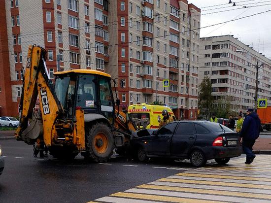 Появились кадры столкновения Lada Стаса Барецкого с трактором в Санкт-Петербурге