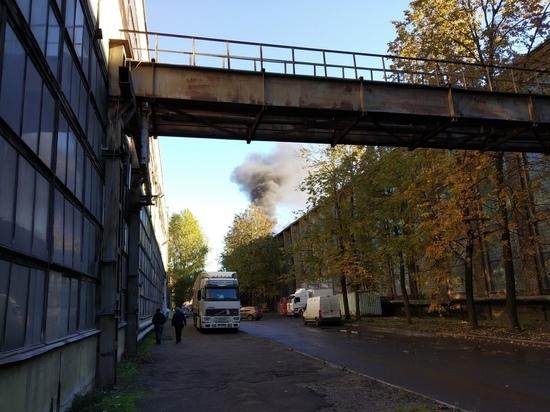 На складе в Петербурге тушат крупный пожар