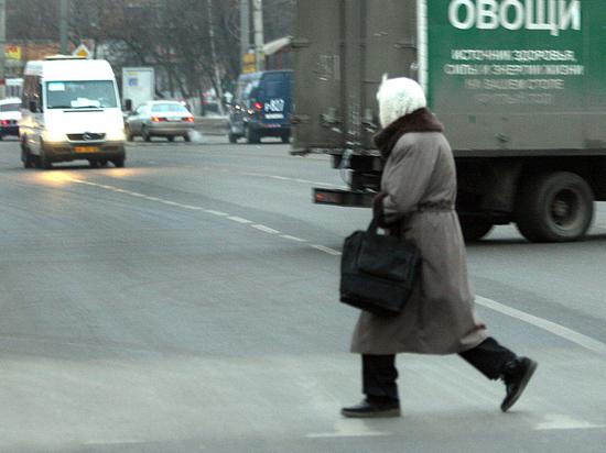 Когда водитель обязан пропускать пешеходов вне «зебры»