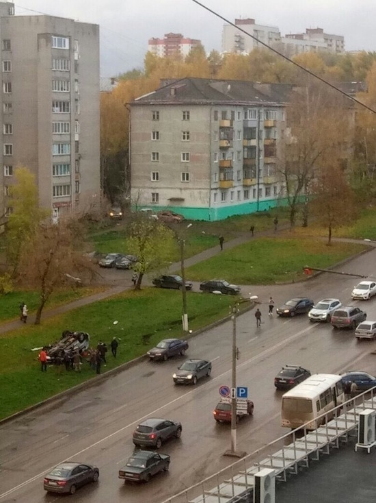 В Кирове «Тойота» уронила столб на ВАЗ