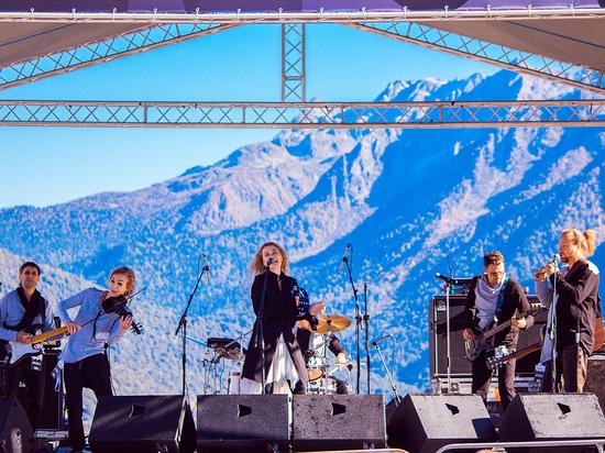 Обернувшись Царевной-Лебедь, певица МАРИНАДЕРЯГИНА стала новым открытием культового фестиваля