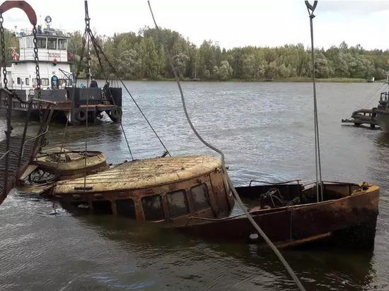 Со дна реки в Тверской области подняли затонувший теплоход