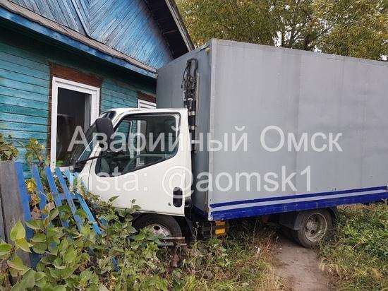 В Омске грузовик врезался в дом