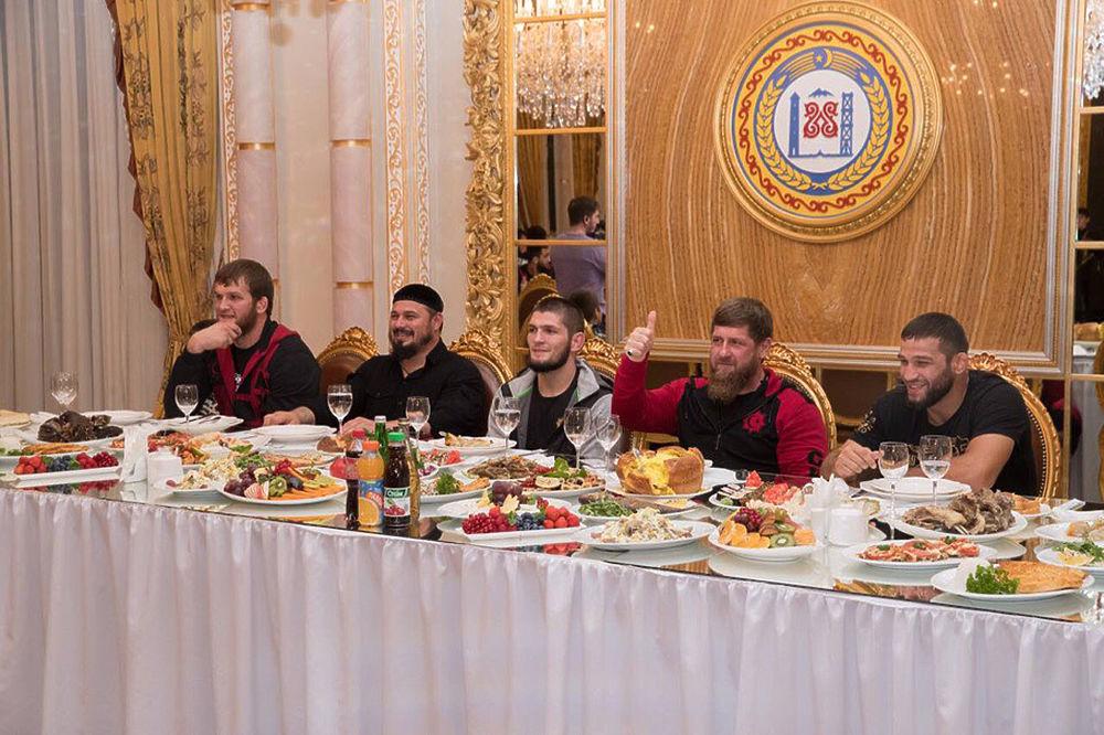 Кадыров роскошно угостил Нурмагомедова: кадры ужина