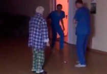 Пинали под зад: в Магнитогорске на камеру истязали пациента психбольницы