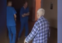 «Бросают в старика тапками и пинают под зад»: в Магнитогорске санитары издевались над пациентом психбольницы